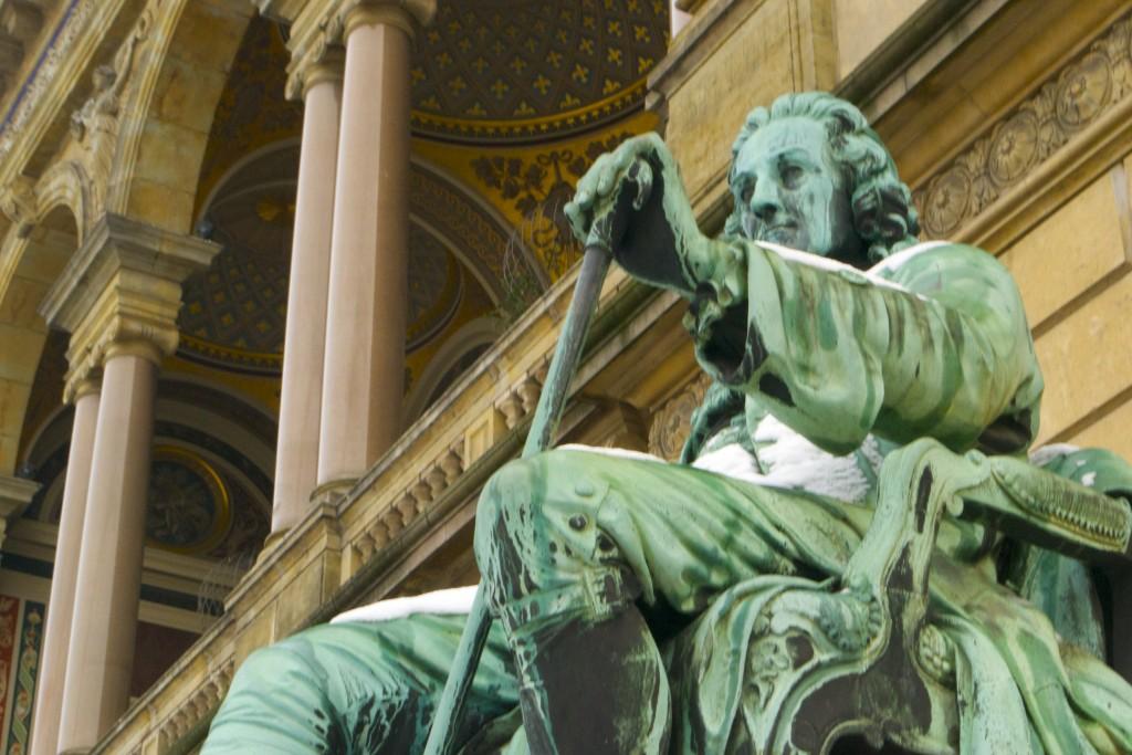Statue de Ludvig Holberg devant le théâtre royal Danois à Kongens Nytorv